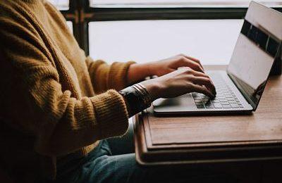 chica escribiendo en ordenador