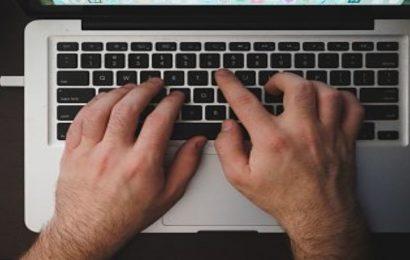 ordenador manos tecleando