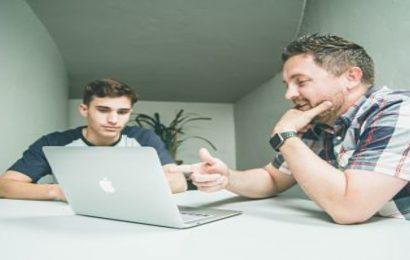 Reunión ordenador dos chicos